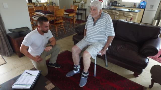 vídeos de stock e filmes b-roll de caregivers at home - artrite