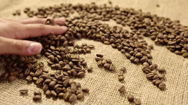 コーヒー豆 4 k スローモーションを caressing - 麻袋点の映像素材/bロール