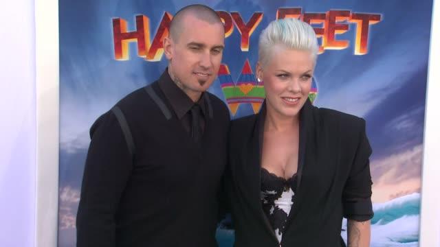 carey hart and alecia moore 'p!nk' at the 'happy feet two' los angeles premiere at hollywood ca. - 歌手 ピンク点の映像素材/bロール
