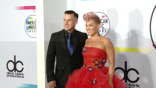 carey hart and pink at 2017 american music awards on november 19 2017 in los angeles california - american music awards video stock e b–roll