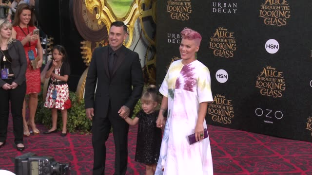 """carey hart and pink at the """"alice through the looking glass"""" los angeles premiere at the el capitan theatre on may 23, 2016 in hollywood, california. - 歌手 ピンク点の映像素材/bロール"""
