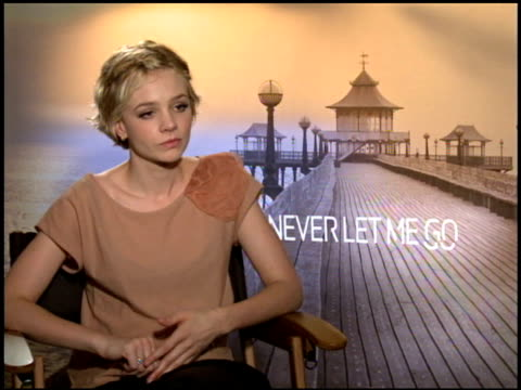 carey mulligan on how she decides on which role to take at the 2010 toronto international film festival 'never let me go' junket at toronto on - festival internazionale del cinema di toronto video stock e b–roll