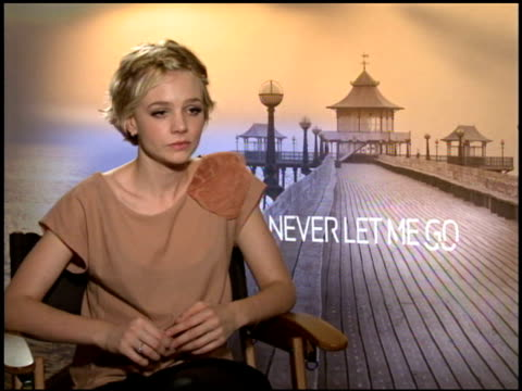 vidéos et rushes de carey mulligan on it being important that the film did the book justice at the 2010 toronto international film festival 'never let me go' junket at... - book