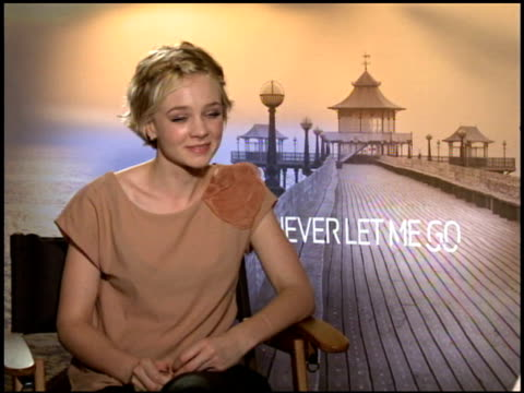 carey mulligan on who she would like to pattern her career after at the 2010 toronto international film festival 'never let me go' junket at toronto... - festival internazionale del cinema di toronto video stock e b–roll