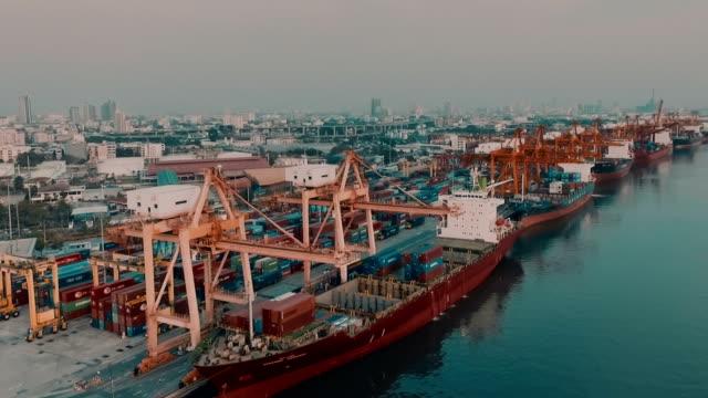 Contenedor de carga en el puerto de Bangkok