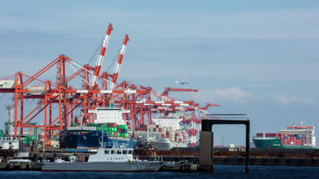 stockvideo's en b-roll-footage met t/l container vrachthaven in tokio - binnenschip