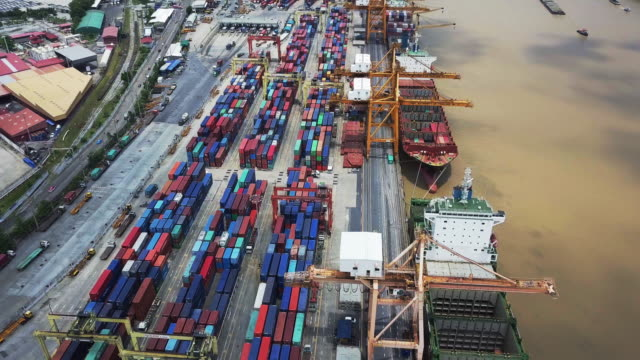 4 k: 川で貨物コンテナー船 - クワッドコプター点の映像素材/bロール