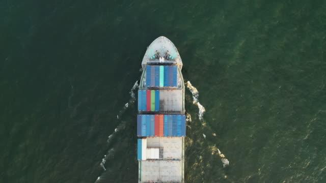 vídeos de stock e filmes b-roll de cargo container ship in sea - vista de cima para baixo