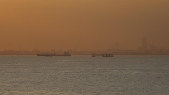behållare lastfartyg segling i skymningen