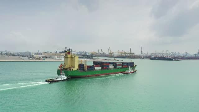 vídeos de stock e filmes b-roll de cargo container ship sailing at sea - fila arranjo