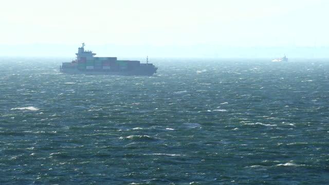 vídeos y material grabado en eventos de stock de buque portacontenedores de carga navegando a través del mar áspero y tormentoso. - pasear en coche sin destino
