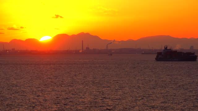 lastcontainerfartyg som seglar. utsikt över tokyobukten vid solnedgången. - kryssa bildbanksvideor och videomaterial från bakom kulisserna