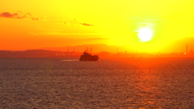 stockvideo's en b-roll-footage met het containerschip van de lading het varen. mening van de baai van tokyo bij zonsondergang. - rondrijden