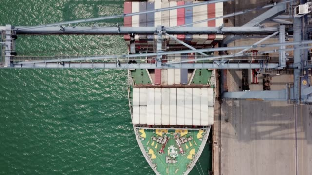 container ship - handel treiben stock-videos und b-roll-filmmaterial
