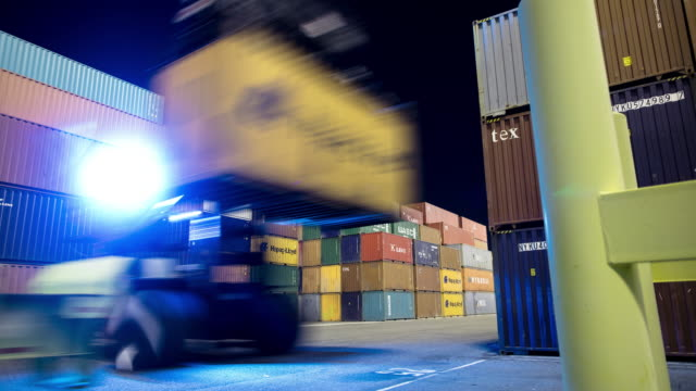 vídeos de stock, filmes e b-roll de cargo container transport in the port of long beach - time lapse - carregamento frete