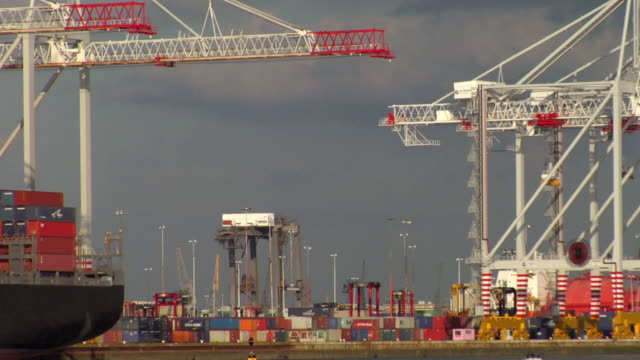 ws cargo containers and cranes at commercial dock, hampshire, united kingdom - southampton hampshire stock-videos und b-roll-filmmaterial