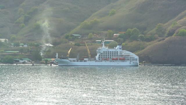 cargo cruise ship aranui 5 marquesas nuku hiva - französisch polynesien stock-videos und b-roll-filmmaterial