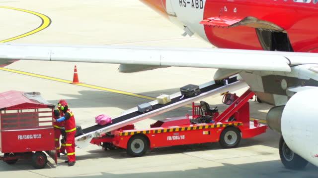 cargo-laden zum flugzeug, schwenken shot - reisegepäck stock-videos und b-roll-filmmaterial
