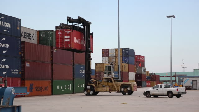 vidéos et rushes de cargo operations at the port of new orleans louisiana us on tuesday september 18 2018 - véhicule utilitaire et commercial