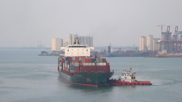 貨物船、倉庫港の貨物コンテナ。 - タグボート点の映像素材/bロール