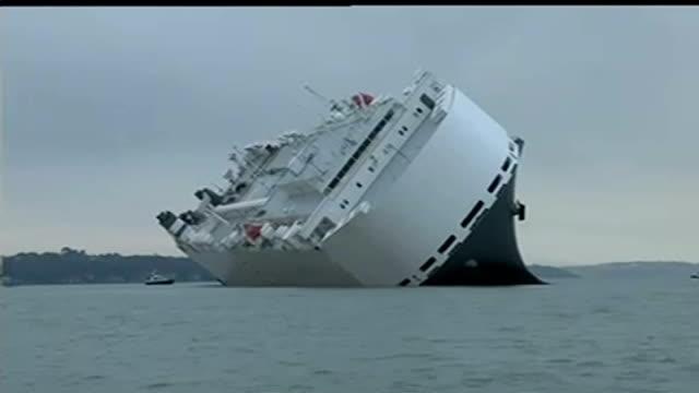 cargo ship hoegh osaka runs aground off southampton england isle of wight various of hoegh osaka cargo ship listing at angle as run aground on... - イングランド サウサンプトン点の映像素材/bロール