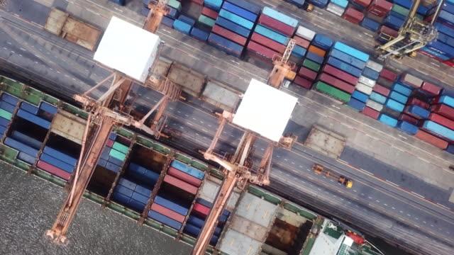vídeos de stock e filmes b-roll de cargo ship in port - long beach califórnia