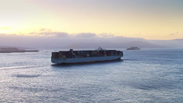 ブリッジと街のスカイライン、アルカトラズとサンフランシスコ湾の貨物船 - アルカトラズ島点の映像素材/bロール