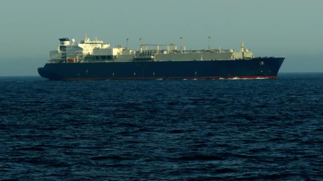 vídeos de stock, filmes e b-roll de navio de carga no oceano atlântico - cruising