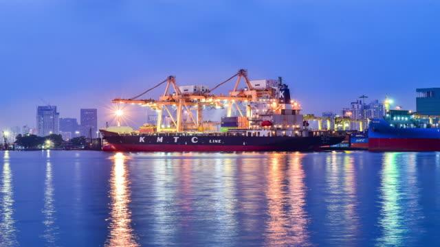 Vrachtschip in de haven bij volle maan