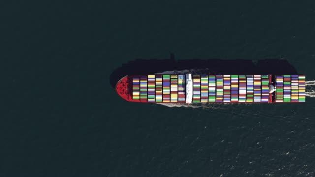 上から見る海の貨物船