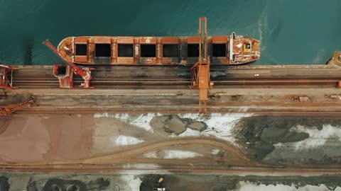 vídeos y material grabado en eventos de stock de barco de carga en la vista aérea del puerto - cargar