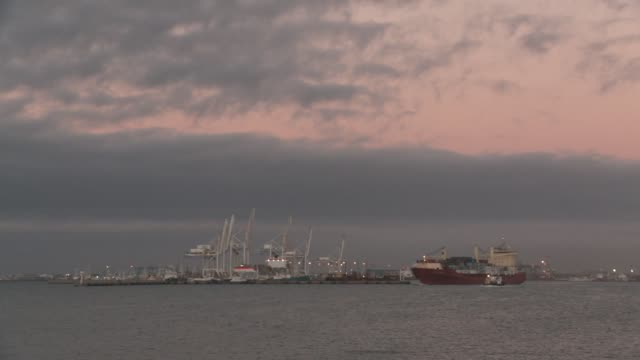 vídeos y material grabado en eventos de stock de a cargo ship leaves the harbour and heads out to sea, cape town available in hd. - pasear en coche sin destino