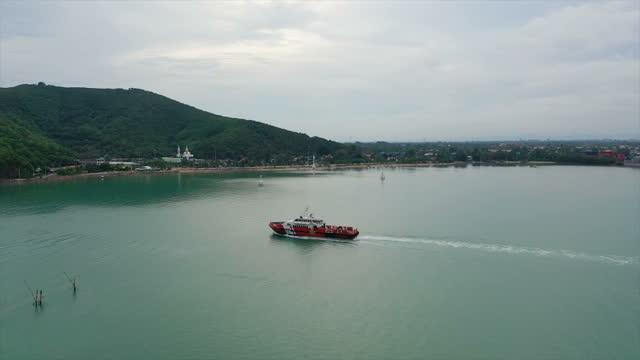 港を出る貨物船 - はしけ点の映像素材/bロール