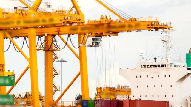 Cargo Schiff Beladen Behälter in der Hafenstadt Zeitraffer
