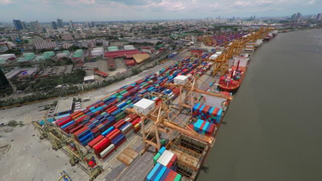 vídeos de stock, filmes e b-roll de navio de carga de carga contêiner no porto - cilindro veículo terrestre comercial