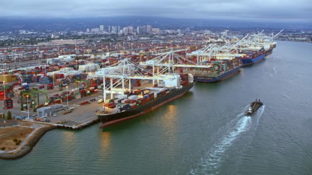 vidéos et rushes de aerial cargo navire de chargement dock en californie, etats-unis - cargo