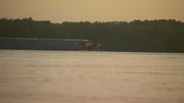 ms cargo ship moving on mississippi river / memphis, tennessee, united states - はしけ点の映像素材/bロール