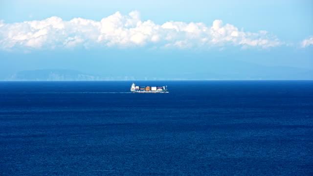 %ld fracht schiff in das meer. - frachtschiff stock-videos und b-roll-filmmaterial
