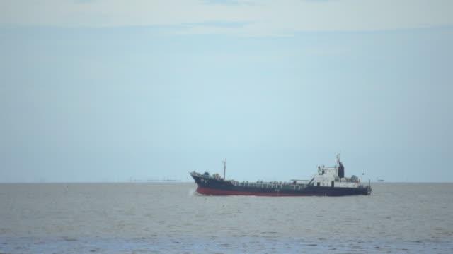 vídeos y material grabado en eventos de stock de carga por barco navegando en mar abierto - buque tanque