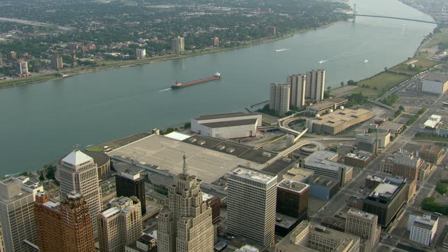 vidéos et rushes de a cargo ship sails on the detroit river in between windsor, ontario and detroit, michigan. - détroit michigan