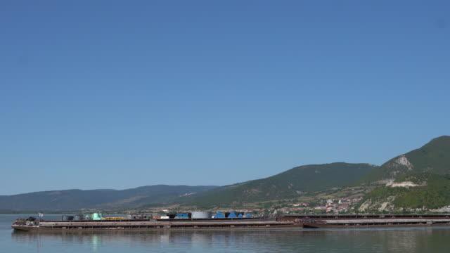 貨物船が川を航行する - 帆船点の映像素材/bロール