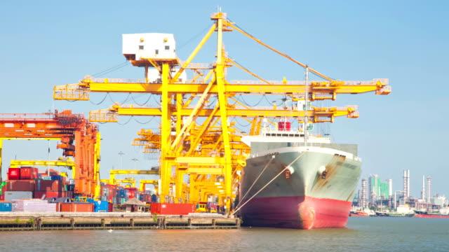 cargo schiff versand der waren container hafen, zeitraffer-zoom schwenken - behälter stock-videos und b-roll-filmmaterial
