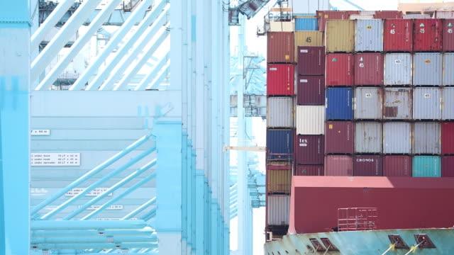 vídeos y material grabado en eventos de stock de cargo shipping containers are unloaded at the a.p. moeller-maersk a/s apm terminals shipping terminal at the port of los angeles in los angeles,... - puerto de los angeles