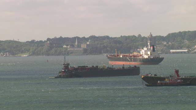 Frachtschiffe in den Hafen von New York mit Staten Island im Hintergrund