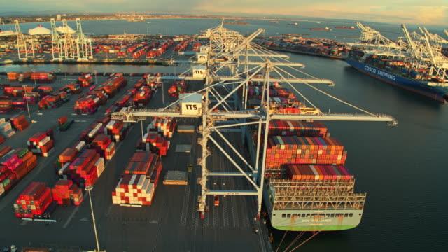 vídeos y material grabado en eventos de stock de cargo ships moored beside container yards in the port of long beach - long beach los ángeles