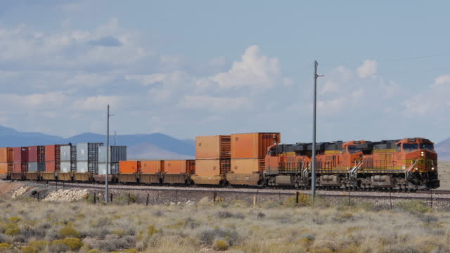 stockvideo's en b-roll-footage met cargo train runs in the southwest of usa - locomotief