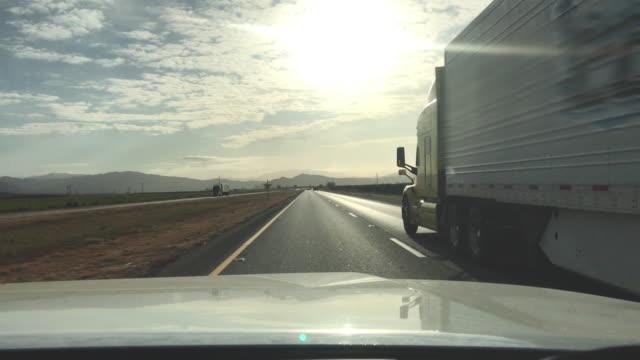 米国西部カリフォルニアハイウェイの貨物輸送長距離セミトラック - トラック運転手点の映像素材/bロール