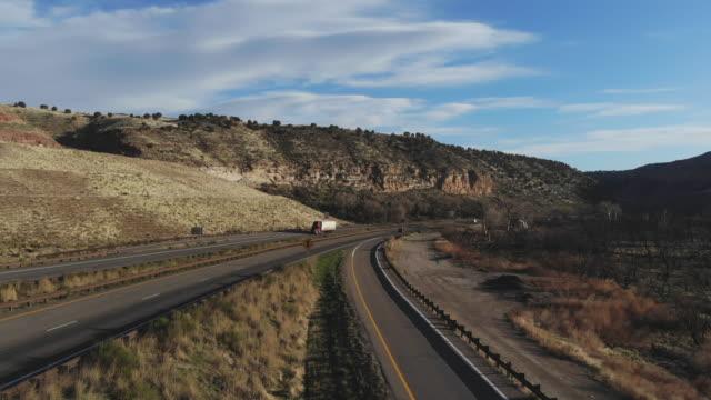 stockvideo's en b-roll-footage met vrachtvervoer long haul semi truck op een landelijke westelijke vs interstate highway 4k video - aanhangwagen