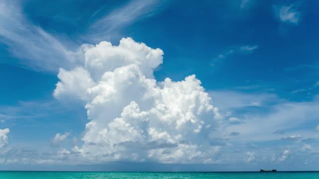 vídeos y material grabado en eventos de stock de nubes del caribe y lapso de tiempo en el océano - cúmulo