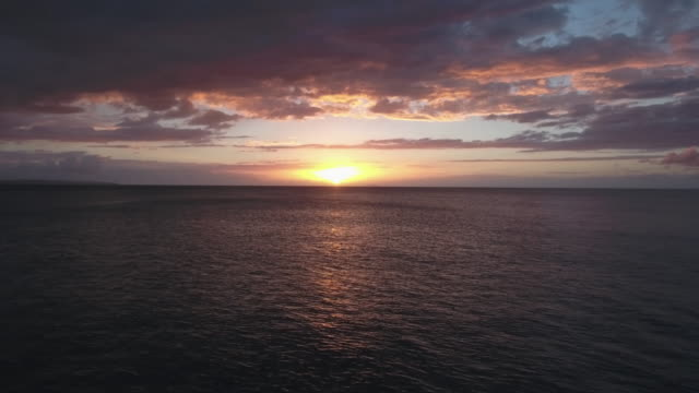 vídeos de stock, filmes e b-roll de caribbean sea at dusk - crepúsculo